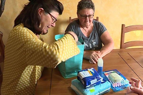 Annie Bodino et Micky, deux bénévoles apportent leur soutien à Aurélie