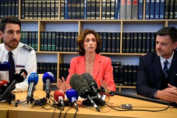 Le procureur de Lorient Laureline Peyrefitte accompagnée du commissaire central de police Camille Fanjaud 'à gauche de l'image) et du commissaire en charge de la sûreté départementale Amaury Le Néel (à droite).