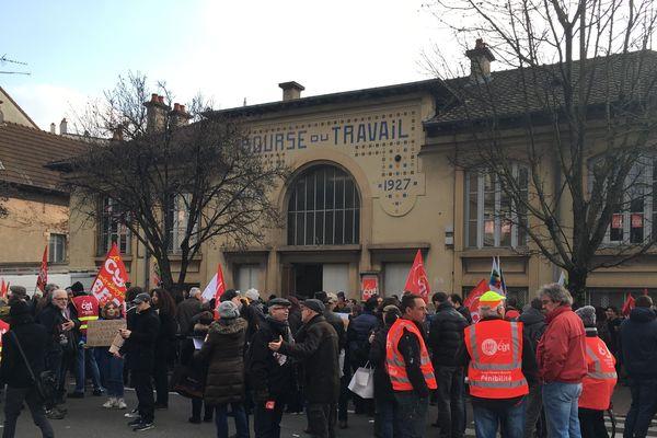 Les manifestants réunis à l'appel de la CGT vendredi 14 décembre devant la Bourse du travail à Dijon