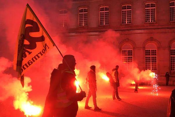 Plusieurs centaines d'opposants à la réforme des retraites se sont rassemblés devant la mairie de Caen, le 18 janvier 2020.