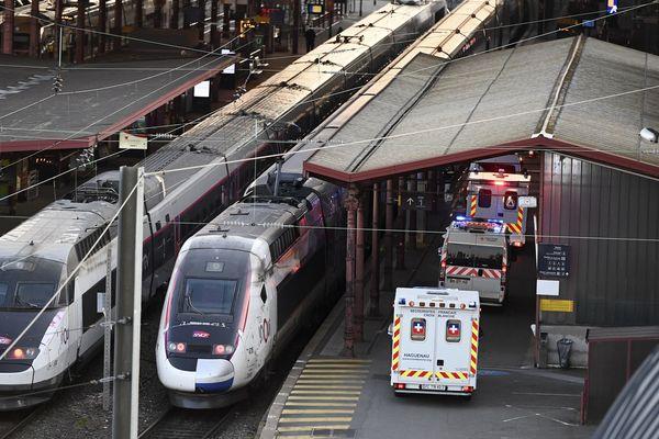 Des ambulances sur le quai numéro 1 de la gare de Strasbourg achemine les patients dans le TGV médicalisé