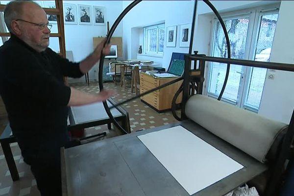 Gilbert Bazard, dans son atelier de Cerisy la Forêt.