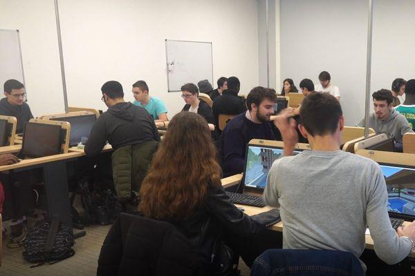 Des étudiants de l'IUT de Poitiers au travail sur Minecraft