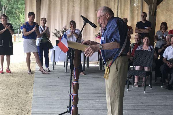 Christian Rochard porte l'écharpe de maire de la commune depuis un demi-siècle.