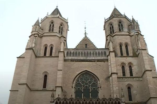 Édifiée à partir de 1281, la vaste église gothique de l'abbaye Saint-Bénigne est devenue cathédrale en 1792.