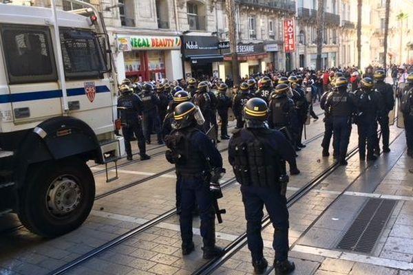 Les canons à eau de la police déployés rue de Maguelone à 14h30.