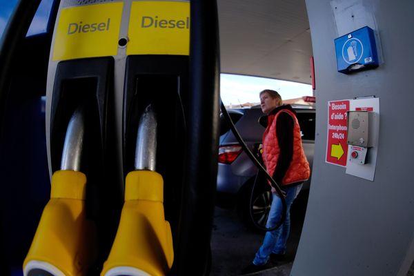 Alors que le prix des carburants à la pompe augmente ces derniers mois, celui que propose les stations-service du Puy-de-Dôme accuse une différence allant jusqu'à plus de 20 centimes.