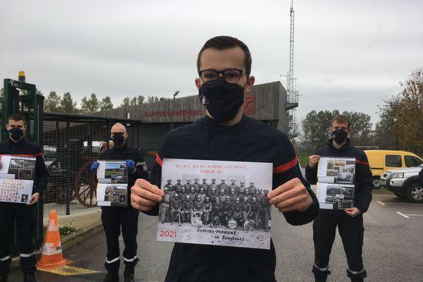 Les pompiers de la caserne de Frontenas présentant leur calendrier.