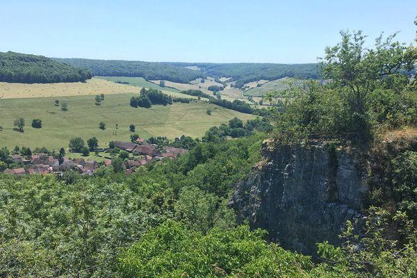 Au sommet des falaises de Saffres, les amateurs d'escalade peuvent admirer une vue imprenable sur la vallée.
