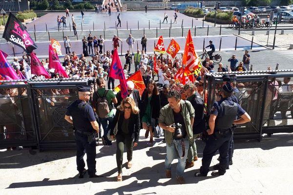 Arrivée de Laura Pfeiffer, l'ex inspectrice du travail de Tefal, au Tribunal de Lyon
