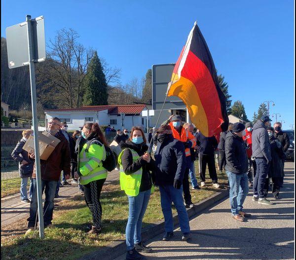 Des opposants aux mesures liées à l'épidémie de Covid-19 manifestent à la frontière à Spicheren.