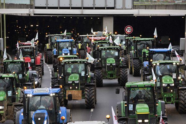 Les tracteurs des agriculteurs en colère sur le périphérique parisien mercredi, en direction de l'avenue Foch.