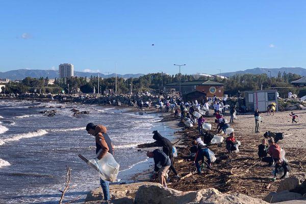 Plage du Prado à Marseille. Le rassemblement a duré toute la matinée mais de nombreux déchets subsistent