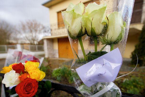 Hommages à Antoine Dupont devant sa maison à Gonnehem.