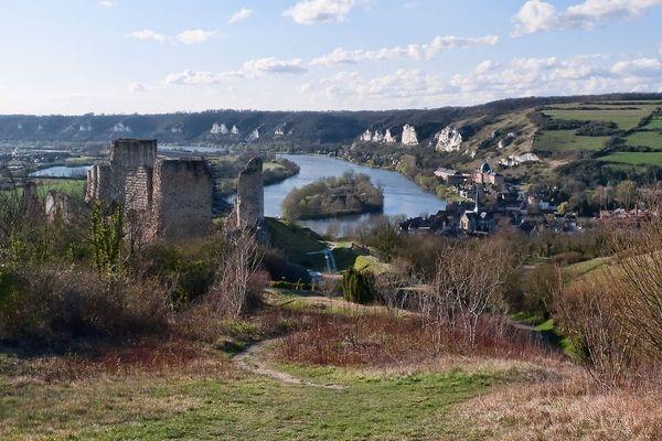 Dans l'Eure, à l'horizon des Andelys, de Château-Gaillard et de la Vallée de la Seine, le ciel de ce lundi matin sera temporairement bien éclairci.