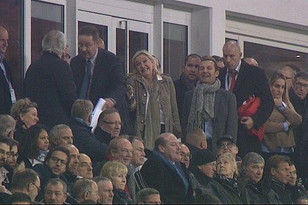 Daniel Percheron a dû se lever pour laisser sa place à Marine Le Pen en tribune présidentielle du Stade Bollaert-Delelis.