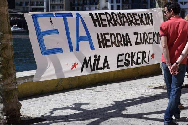 """Une banderole """"ETA avec les les gens, les gens avec vous"""" dans le village de Pasajes, au Nord de l'Espagne."""