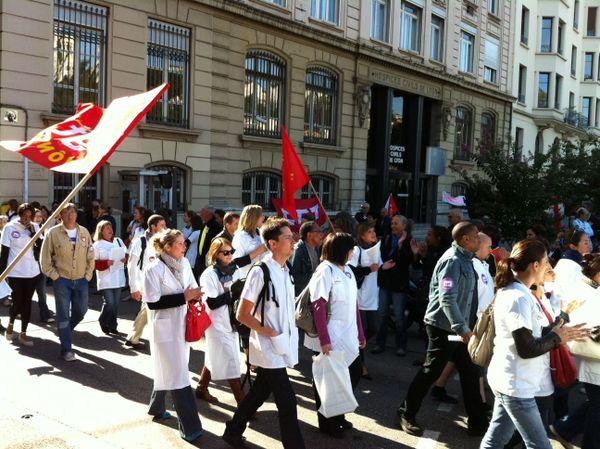 Le cortège arrive devant la direction des Hospices Civils de Lyon