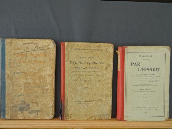 Des manuels scolaires, livres de bibliothèque ou revues pédagogiques d'antan sont visible à l'école-musée de Boulogne-sur-Mer.