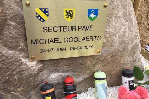 La plaque déposée en hommage au coureur belge Michael-Goolaerts, mort après sa crise cardiaque sur le secteur pavé de Briastre en 2018.