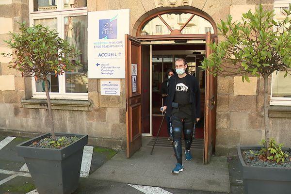 Julien peut de nouveau marcher grâce à l'exosquelette