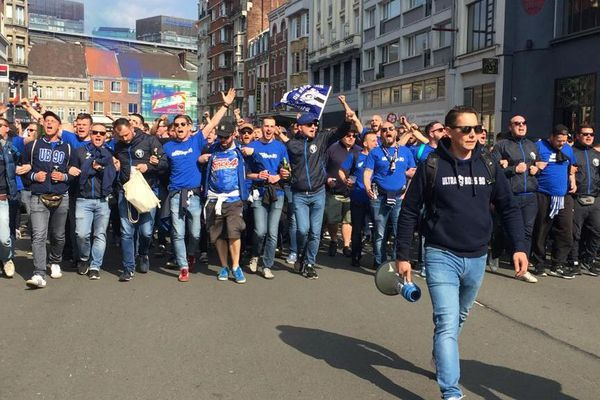 Les supporters du Racing club de Strasbourg ont fait leur arrivée à Lille samedi 30 mars, quelques heures avant le début du match contre Guingamp pour la 25e Coupe de la Ligue.