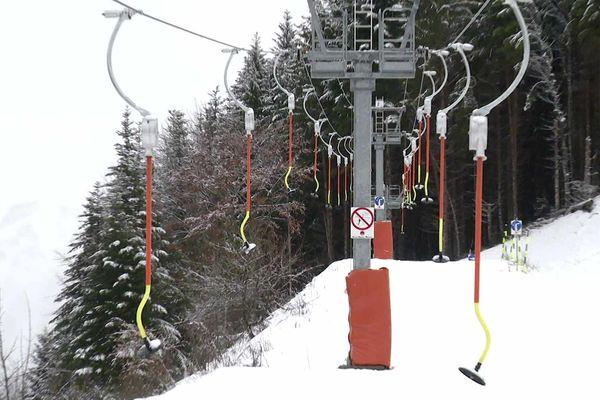 La station de La Sambuy, qui devait ouvrir le 21 décembre est toujours fermée une semaine après la date prévue. La raison : une quantité de neige insuffisante.
