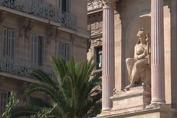 Sur la gauche de l'opéra de Toulon, la muse représentant la musique, Euterpe