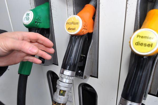 Les prix des carburants poursuivent leur hausse, comme le confirment les derniers chiffres publiés lundi 23 avril par le ministère de la transition écologique. Aussi, afin de trouver les prix les plus bas près de chez soi, un comparateur en ligne est accessible et permet de faire des économies substantielles.