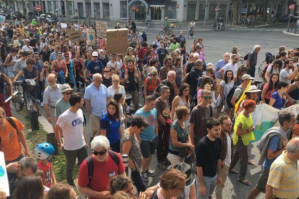 Les marcheurs pour le climat ont défilé dans le centre-ville de Grenoble ce samedi.