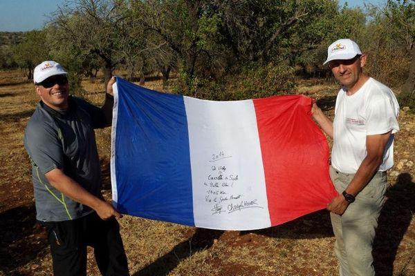 """Christophe Houver (à gauche) et Vincent Leys après l'atterrissage de leur ballon à gaz """"FRA1 Saint-Michel"""" au sud-est de la Sicile à l'occasion de la 58e édition de la Coupe Gordon Bennett, lundi 1er septembre 2014."""