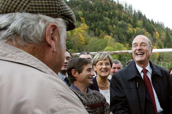 """Le président Jacques Chirac visite la scierie de Chalbos à Murat, le 21 octobre 2004, lors de sa visite axée sur l'agriculture dans le Cantal pour """"tracer le cadre de la loi d'orientation agricole, un projet de modernisation qui entend dessiner le visage de l'agriculture française pour les 20 ans à venir"""""""