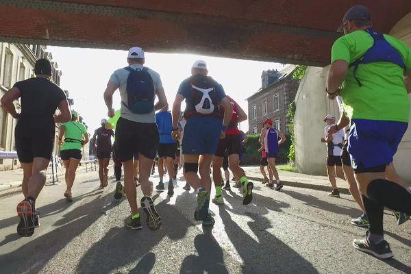 Dans le centre de Forges-les Eaux, le marathon 2019 passe le pont de la voie verte