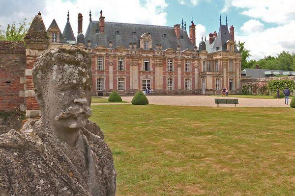 Le château de Miromesnil garde ses portes fermées, mais propose à ses visiteurs de résoudre des énigmes à l'extérieur du domaine jusqu'au 9 juillet 2020.