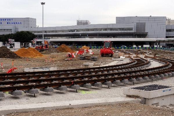 Devant l'aéroport Toulouse-Blagnac, la liaison de la ligne Envol commencent prendre forme