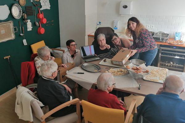 Des résidents découvrent l'un des ordinateurs arrivés des Etats-Unis le 19 mars.