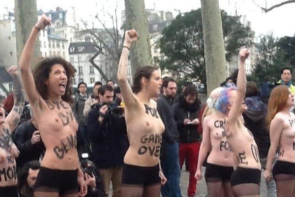 Les Femen ont fêté le départ du Pape en se déshabillant dans la cathédrale Notre-Dame et en scandant sur le parvis leur message.