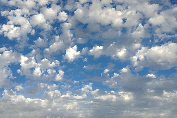 Quelques nuages épars dans le ciel.