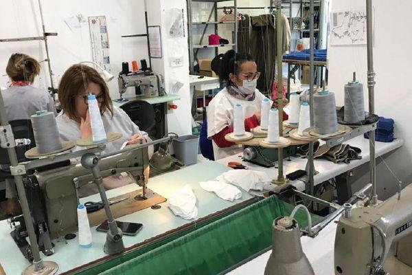 A l'ESAT Les Pins, une partie du personnel se convertit en couturière.