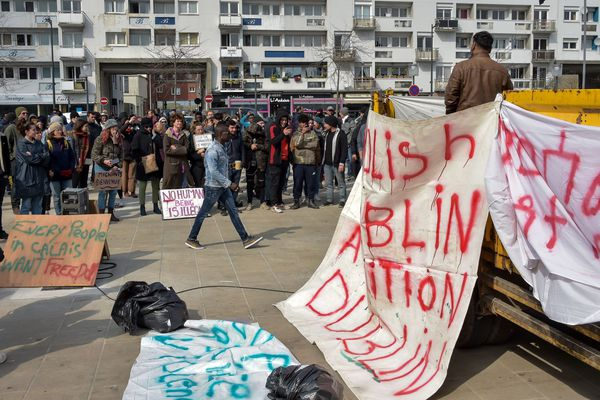 La manifestation rassemblant migrants et militants associatifs, place d'Armes, à Calais.