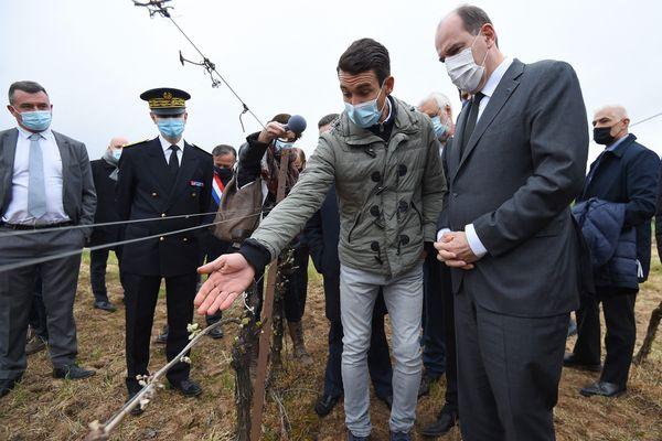Le Premier ministre Jean Castex avec un viticulteur de Montagnac (Hérault), le 17 avril 2021.