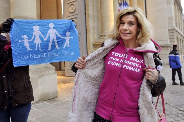 """Frigide Barjot, tête de pont de """"la manif pour tous"""" anime un meeting à Toulouse."""