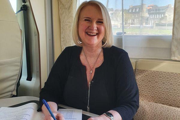 Les déplacements étant compliqués par temps de Covid, Sylvie Bourhis a aménagé son bureau dans un camping-car pour aller à la rencontre des clients de son agence matrimoniale.