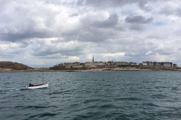 Bateau de pêche-plaisance en face Saint-Malo - illustration