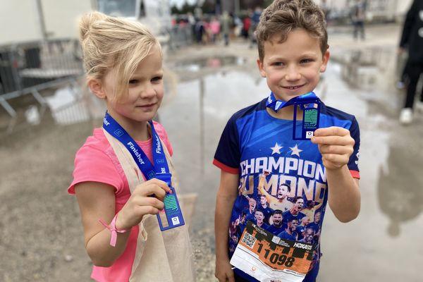 Maé et Mathéo Delpieu montrant leurs médailles du Trail des forts