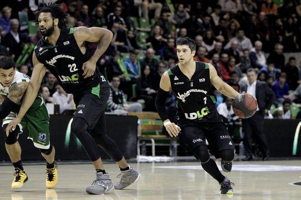 Villeurbanne, le 13 décembre 2015 - Basket Pro A 12e journée: l'ASVEL (en noir) recoit Nanterre (en vert) à l Astroballe et remporte la rencontre 66 à 59. A l'image : Darryl Watkins (G) et Trenton Meacham (D), ASVEL