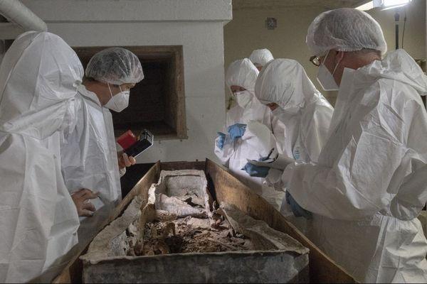 Le contenant en plomb a révélé la présence du squelette en bon état de conservation. Septembre 2020