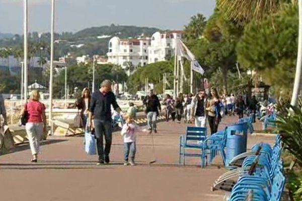 Il restait encore de nombreux promeneurs pour profiter de la douceur des températures à Cannes cette semaine.