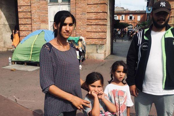 Cette famille s'est installée dans une tente à Saint-Cyprien, en attente d'une réponse à sa demande d'asile