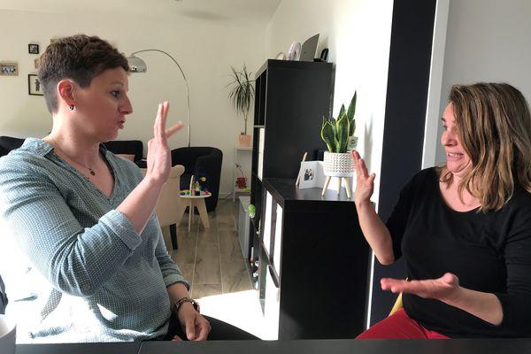 Elodie et Fabienne sont sourdes. Elles témoignent des errements éducatifs qui ont marqué leur jeunesse.